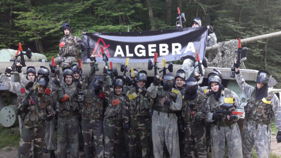 Studenti Algebre na paintball-u